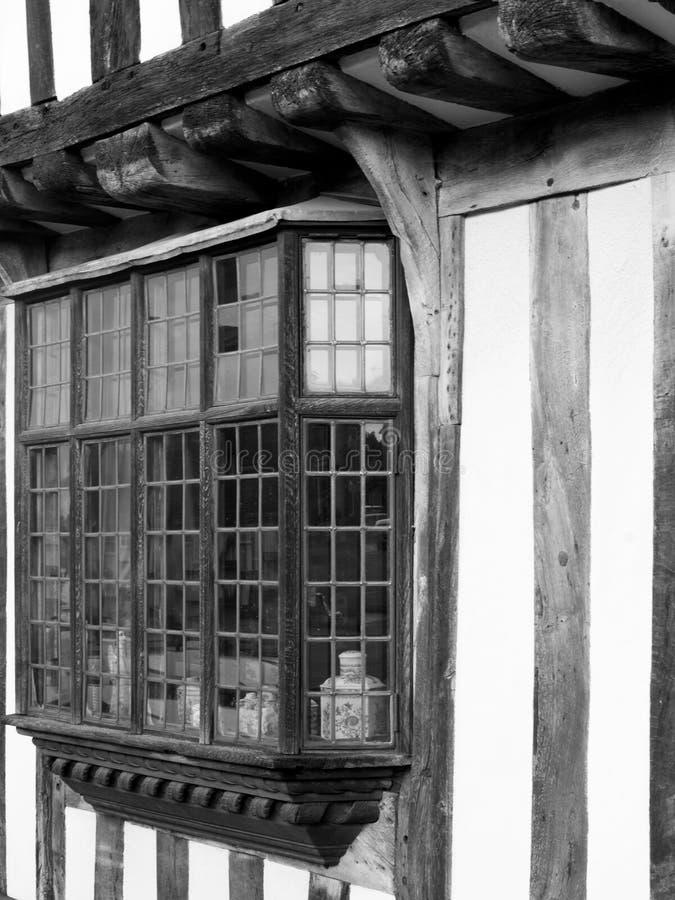 Leaded erkers op een Engels Tudor-huis stock afbeelding
