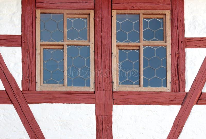 Leaded glasvensters, met wijnrode rode stralen worden ontworpen die stock afbeeldingen