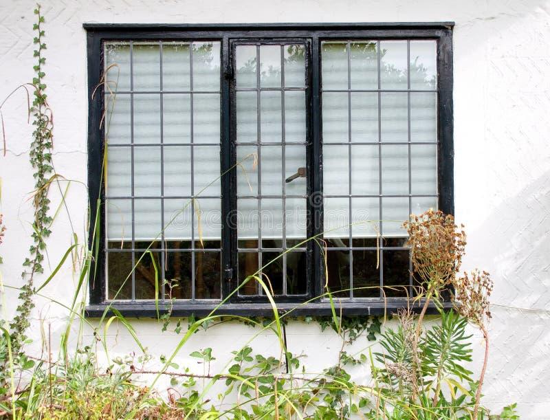 Leaded venster van het plattelandshuisje stock foto's