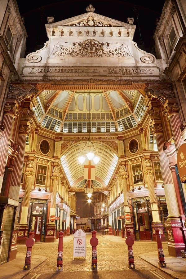 Leadenhall täckte den inre ingången för marknaden på natten i London arkivbilder