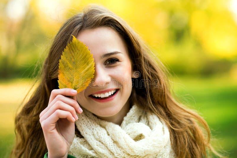 leaf för coveringögonflicka arkivfoton