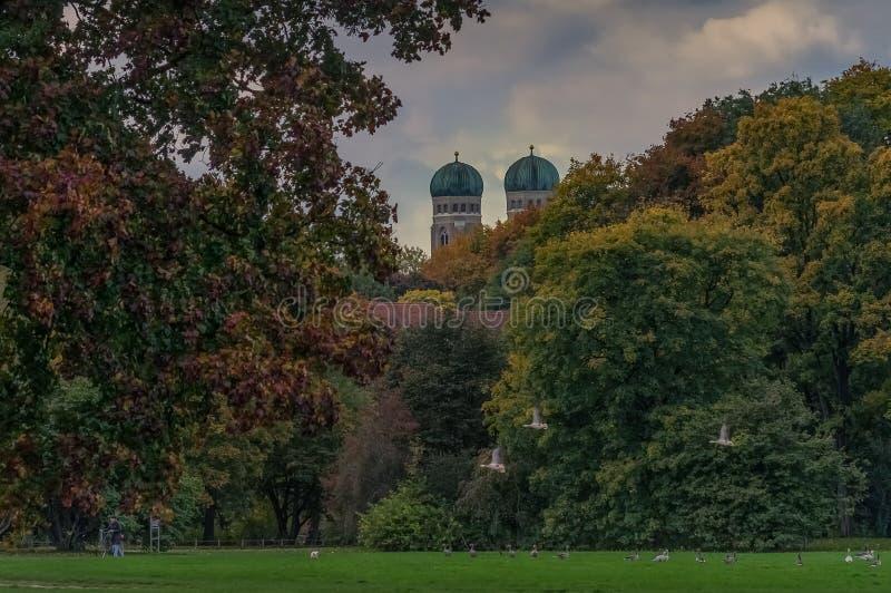 Leafes coloridos das ?rvores na capital b?vara de Munich imagens de stock