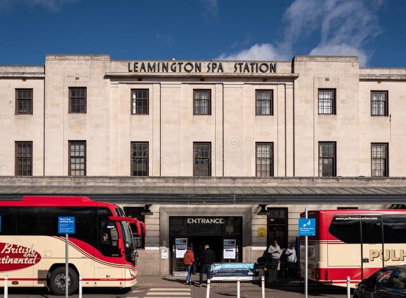 Leamington-Badekurort-Bahnhofseingang stockfotos