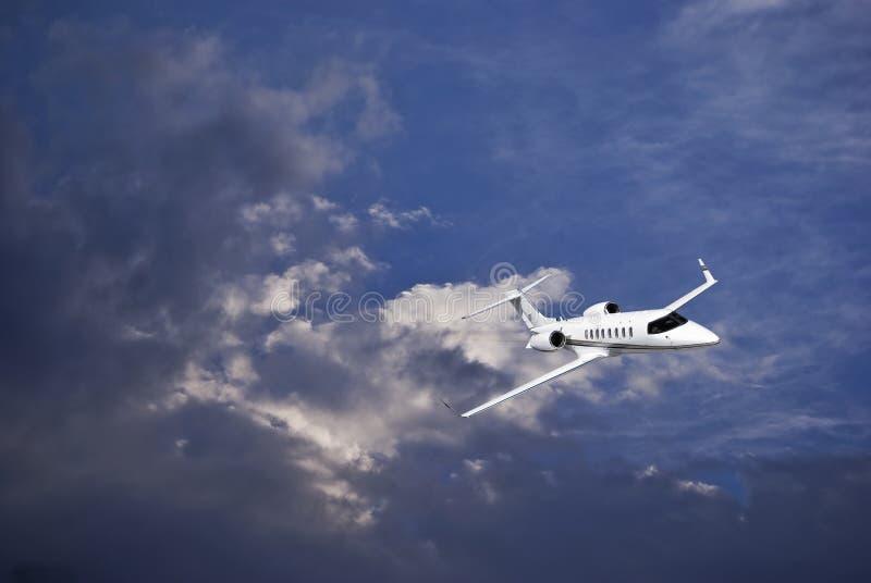 Learjet 45 mit blauem Himmel u. Sturm-Wolken stockfotografie