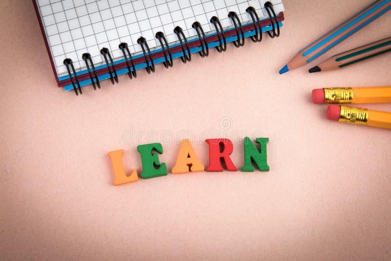 learn Drewniani listy na biurowym biurku zdjęcia stock