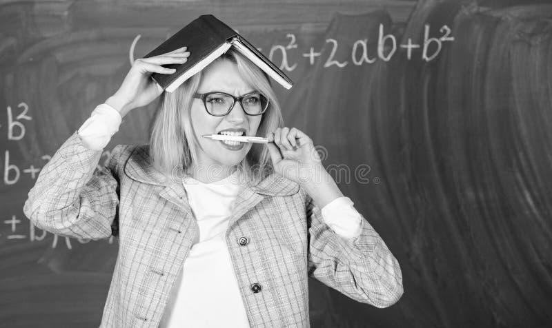 Learn ? insegnante creativo Motivazione creativa della scintilla dell'insegnante Ricerca dell'ispirazione Libro e penna della ten fotografia stock