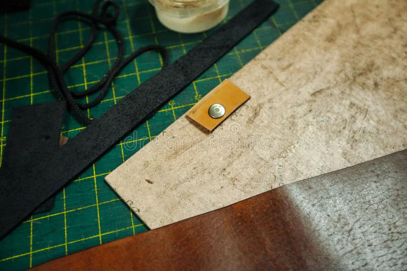 Leatherworking narzędzia Nitarka, szydło, władca, cążki, kitki, ołówek, skóra kawałki, nity i skowy, jesteśmy na obrazy royalty free