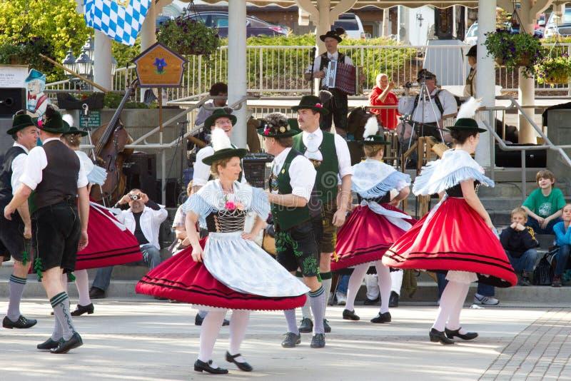 LEAVENWORTH,华盛顿,美国- 2010年5月8日:执行舞蹈的当地居民穿传统巴法力亚服装 库存照片