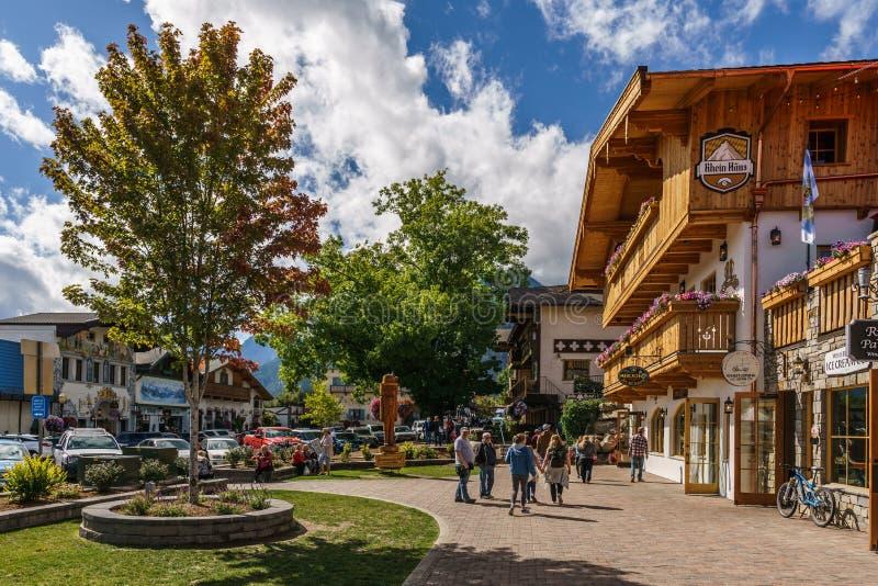 Leavenworth USA - September 16, 2018: Centrum av den lilla bavarian utformade byn i kaskadbergen royaltyfri fotografi
