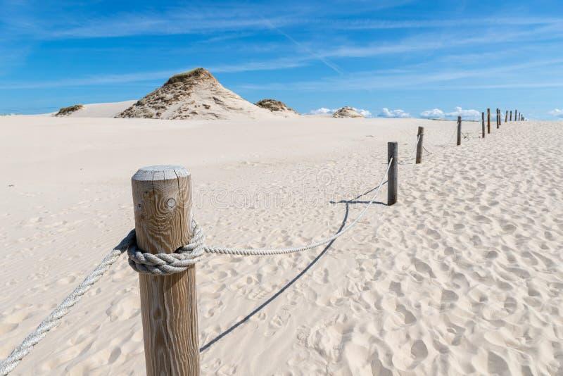 Leba, la Voïvodie de Poméranie/Pologne - 14 juillet 2019 : Grandes dunes de sable en Europe centrale Une broche entre la mer balt image libre de droits