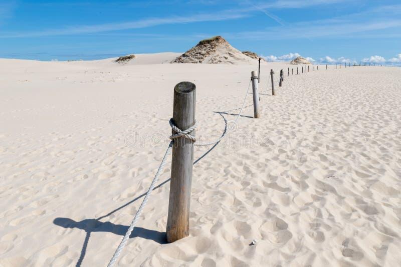 Leba, Pomeranian Voivodeship/Polônia - 14 de julho de 2019: Grandes dunas de areia na Europa Central Um cuspe entre o mar Báltico imagens de stock royalty free