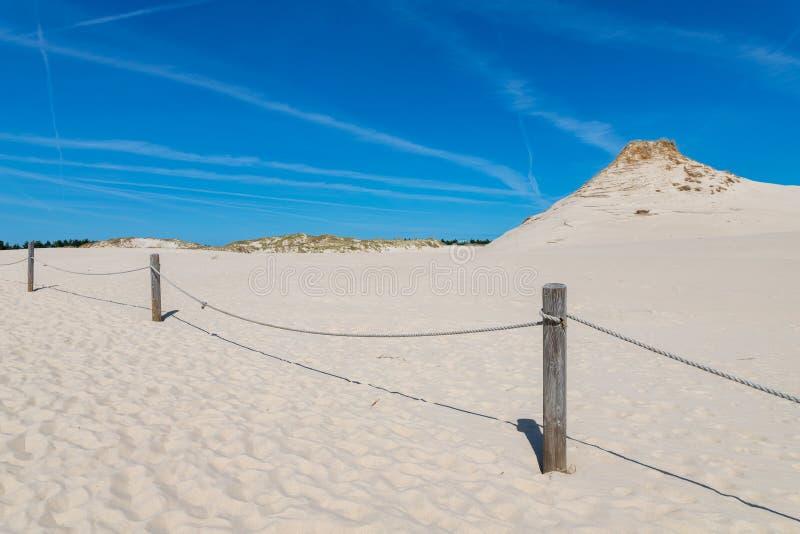Leba, Pomeranian Voivodeship/Polônia - 14 de julho de 2019: Grandes dunas de areia na Europa Central Um cuspe entre o mar Báltico imagem de stock
