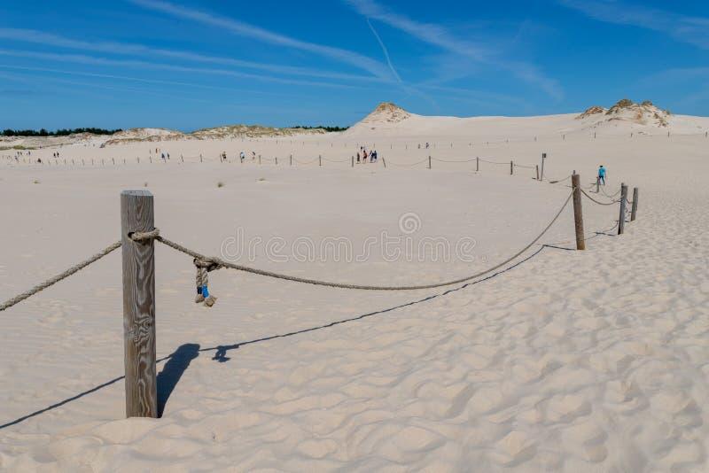 Leba, Pomeranian Voivodeship/Polen - Juli 14, 2019: Grote zandduinen in Midden-Europa Een spit tussen de Oostzee en royalty-vrije stock fotografie
