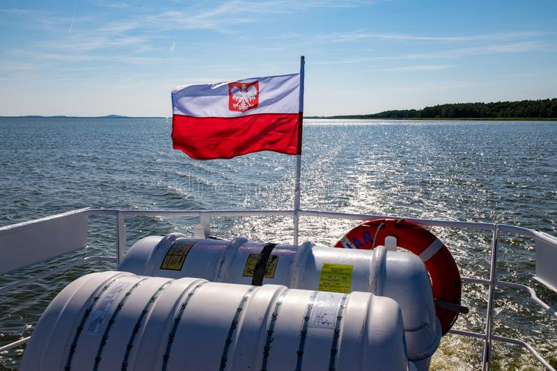 """Leba pomorskie, Polski â€,/""""14 lipca 2019: Polska flaga zawieszająca na srogo mały śródlądowy statek Naczynie unosi się na a obraz stock"""