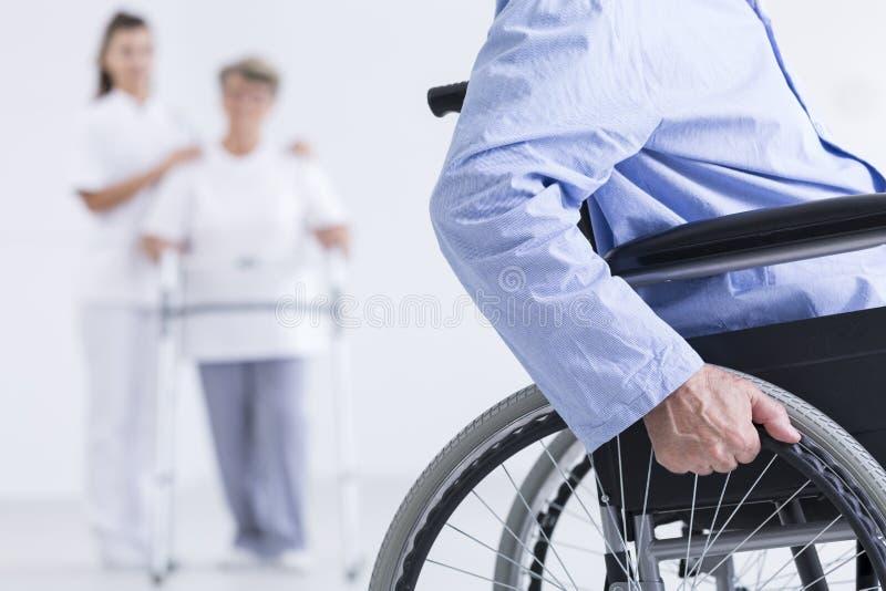 Leben auf einem Rollstuhl stockfotografie