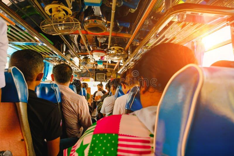 Leben innerhalb des alten Busses in der Landschaft, Thailand lizenzfreie stockfotografie