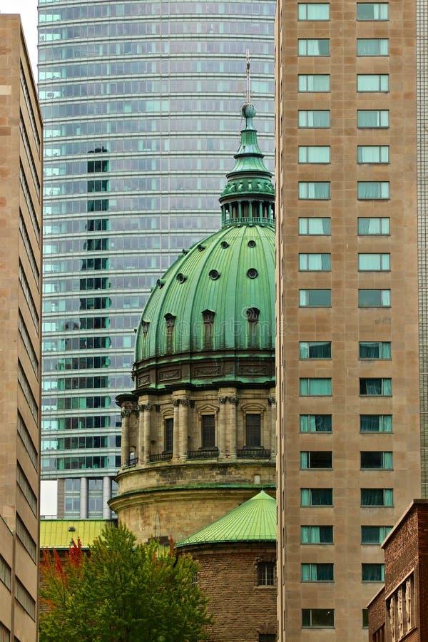Leben in Montreal: Kathedrale und Wolkenkratzer stockfoto