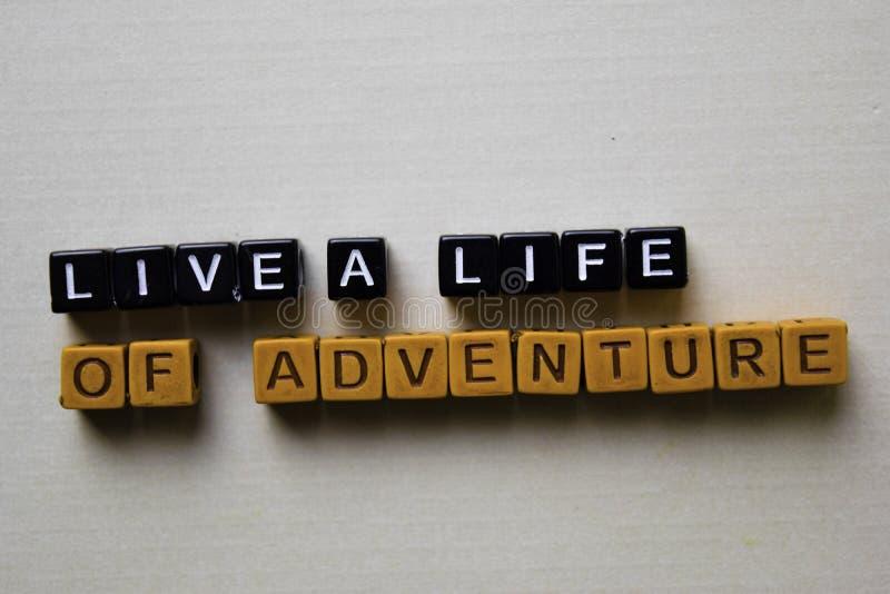 Leben Sie ein Leben des Abenteuers auf Holzkl?tzen Gesch?fts- und Inspirationskonzept stockfotos