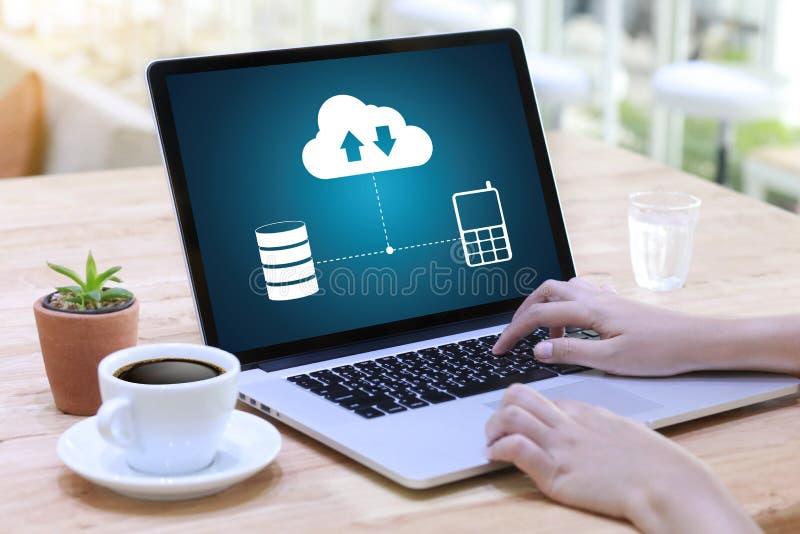 LEBEN Sie, Ersatzdownloadkopien von den Daten STRÖMEND, die Digital berechnen stockbild