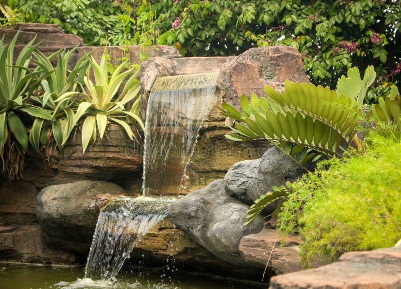 Leben Sie wie Wasser dort und glatt fließen lizenzfreies stockfoto