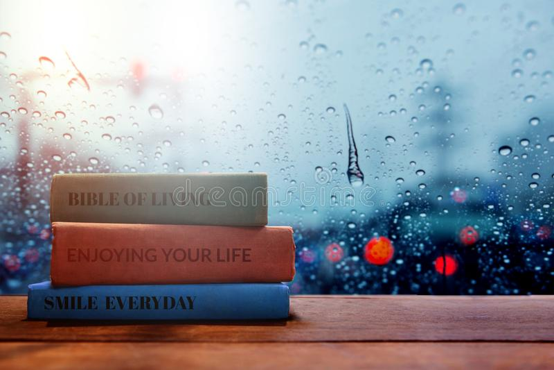 Leben und lebendes positives Konzept, Lesebuch am regnerischen Tag stockbilder