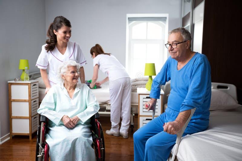 Leben von älteren Menschen am Pflegeheim stockfotos