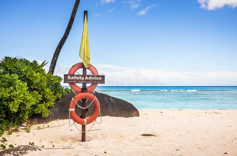 Lebenboje auf sandigem Strand lizenzfreies stockbild