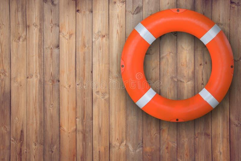 Lebenboje, die an der hölzernen Wand für Notfallschutz wenn Leute sinken, um Platz nahe Pool und Strand fast zu wässern hängt lizenzfreies stockbild