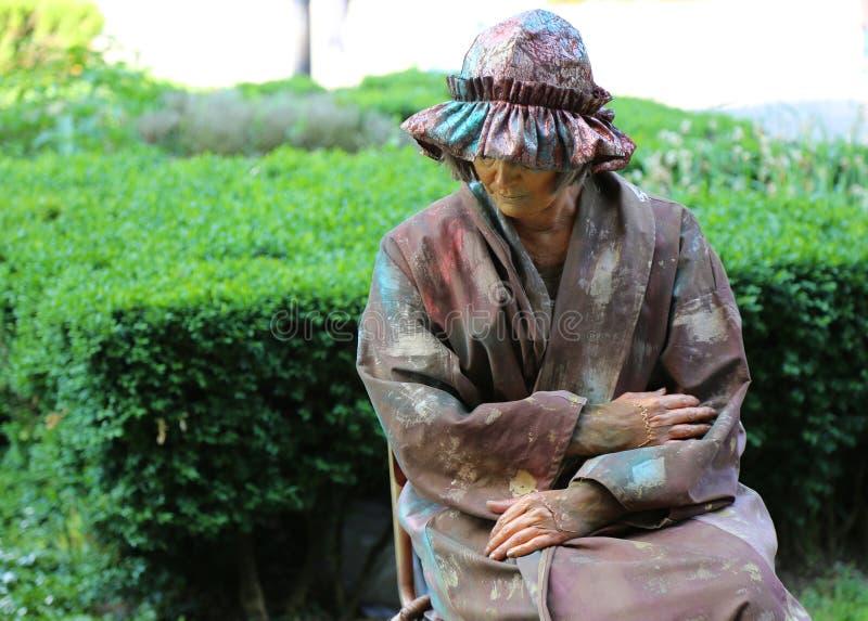 Lebende Statue - allein stehende Frau stockbilder