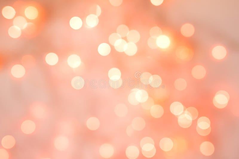 Lebender korallenroter Hintergrund von unscharfen Lichtern für Feiertage und Parteien lizenzfreies stockfoto
