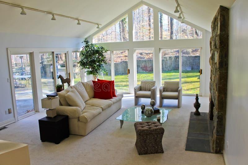 Lebender Platz mit elfenbeinfarbener Couch stockbilder