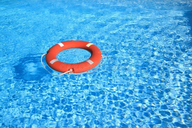 Lebengurt, der auf Wasser schwimmt lizenzfreies stockfoto