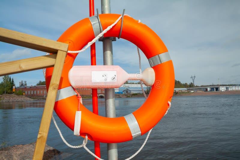 Lebens-Bojenring auf dem hölzernen Pier am See lizenzfreie stockfotografie