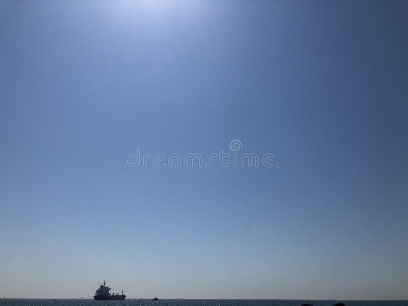Lebenschiffssonnen-Ozeanblau lizenzfreie stockbilder