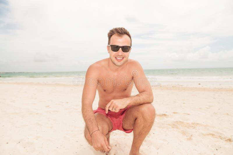 Lebenschutz, der auf dem Strand sitzt stockfotos