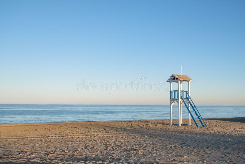 Lebenschutzhütte auf einem Strand bei Sonnenuntergang lizenzfreie stockfotografie