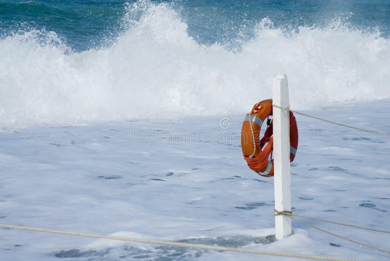 Lebensdauer-Boje im Meer stockbild