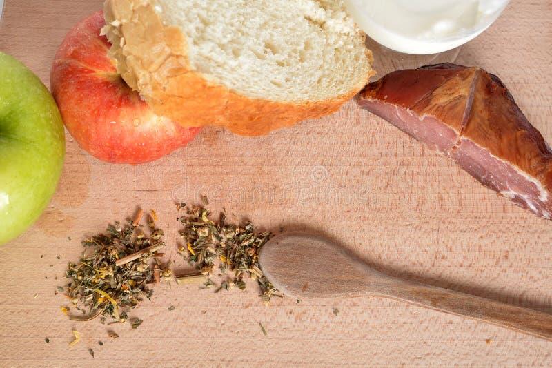 Lebensmittel auf einer hölzernen Platte lizenzfreies stockfoto