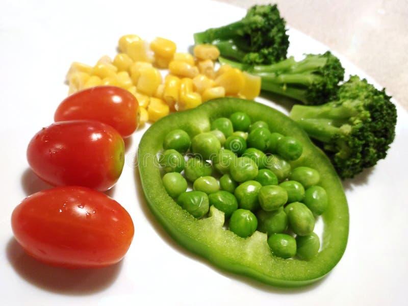 Lebensmittel der gesunden Ernährung lokalisiert, Paprikamais grünen Pfeffers Traubentomaten Brokkoli-Garten-Pea Pisums Sativum- lizenzfreies stockfoto