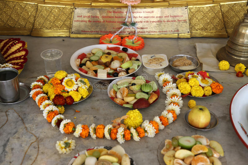 Lebensmittel für religiöse Anbetung, buddhistischer Tempel in Howrah, Indien stockbilder