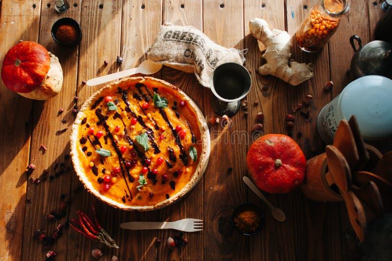 Lebensmittel-Fotografie-Kürbiskuchen mit Beeren auf dem Tisch lizenzfreie stockfotos