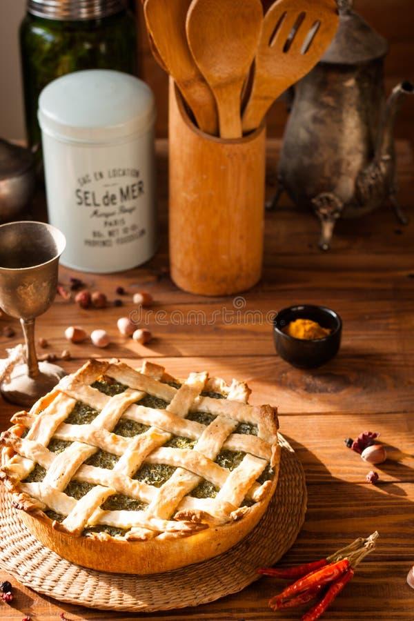 Lebensmittel-Fotografie-Torte mit Spinat und Grüns auf dem Tisch stockfotografie