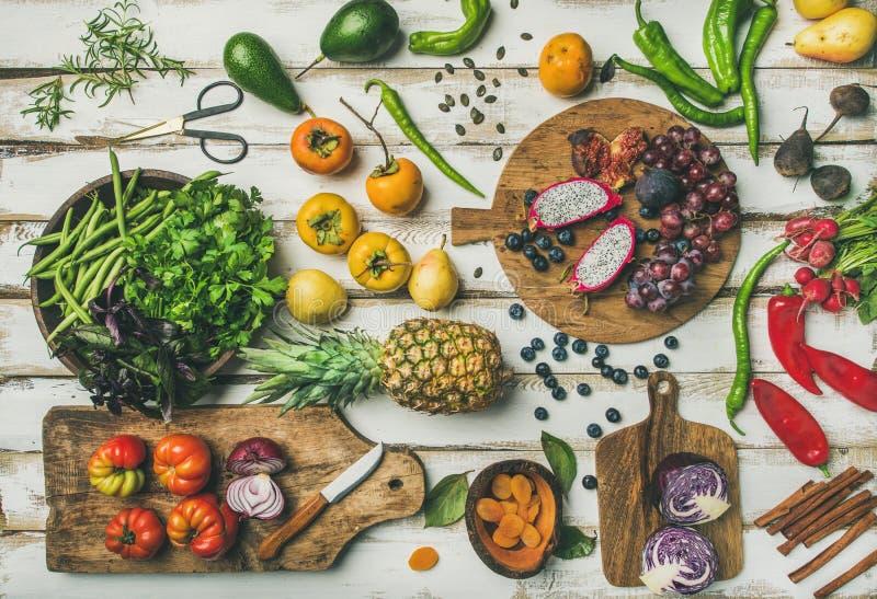 Lebensmittel Helathy-strengen Vegetariers, das Hintergrund mit Obst und Gemüse kocht lizenzfreie stockfotografie