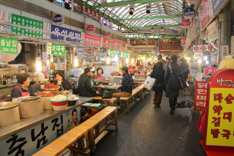 Lebensmittel klemmt in Gwangjang-Markt, Seoul, Korea fest lizenzfreie stockfotos