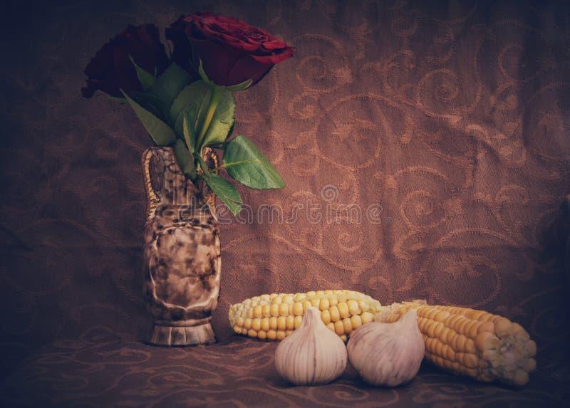 Lebensmittel mit roten Blumen stock abbildung