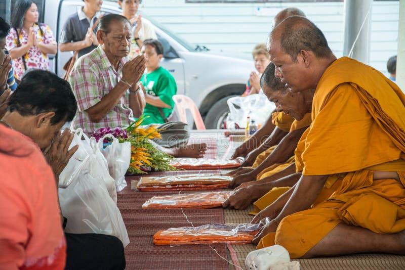 Lebensmittel und Getränk für Mönche in der traditionellen religiösen Feier in einem Tempel stockfoto