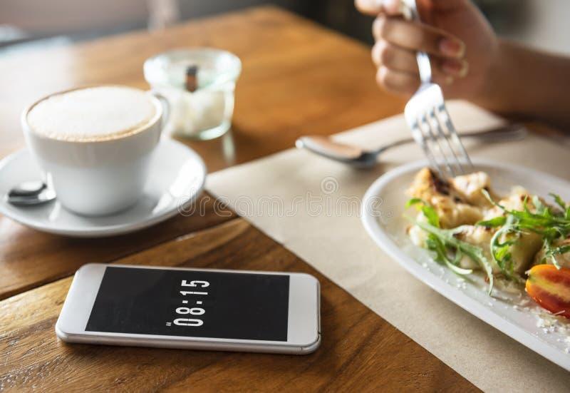 Lebensmittel-Verpflegung, die das Handy-Café-Restaurant-Frühstück Conc isst stockfotos