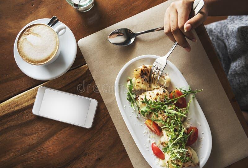 Lebensmittel-Verpflegungs-Essenhandy-Café-Restaurant-Konzept lizenzfreies stockfoto