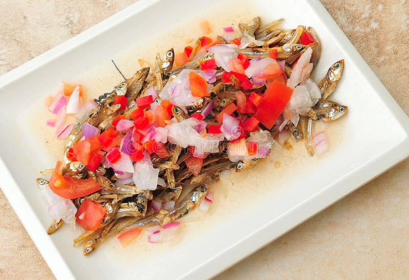 Lebensmittel von den Philippinen, Dilis, getrocknet, Fried Anchovies Salad lizenzfreies stockbild