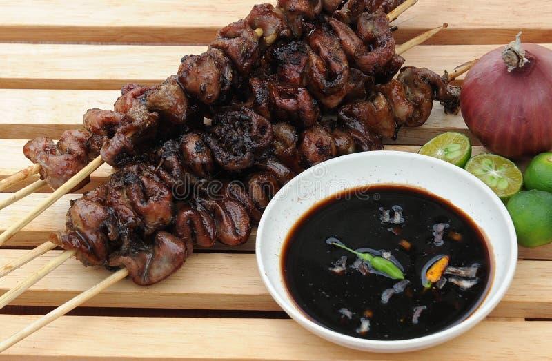 Lebensmittel von den Philippinen, Inihaw Na Bituka Ng Baboy (gegrillte Schweinefleisch-Därme) stockbild